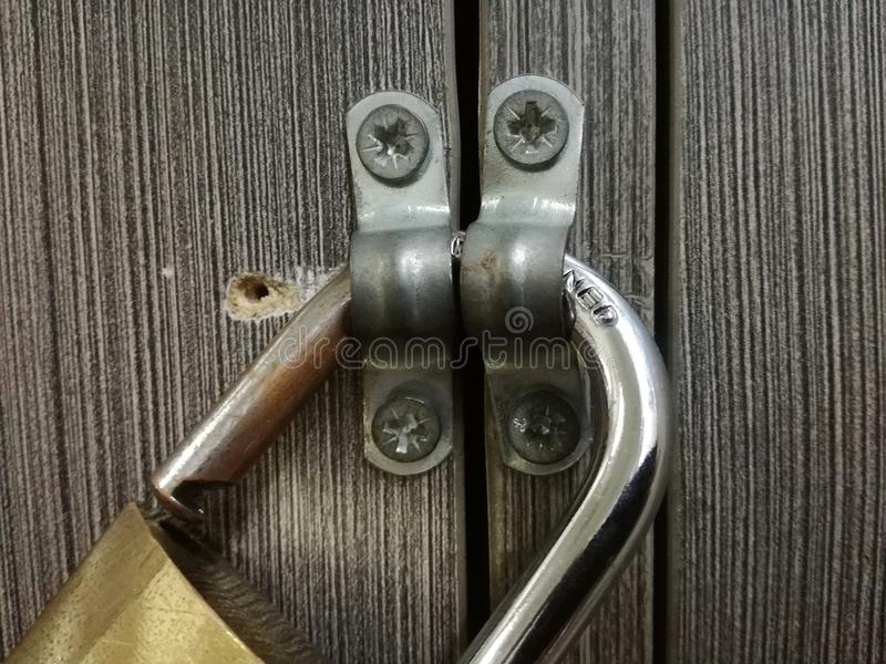 Hangslot op houten deur stock afbeeldingen