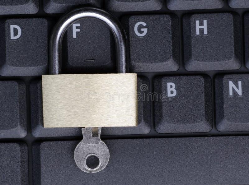 Hangslot op Laptop stock foto
