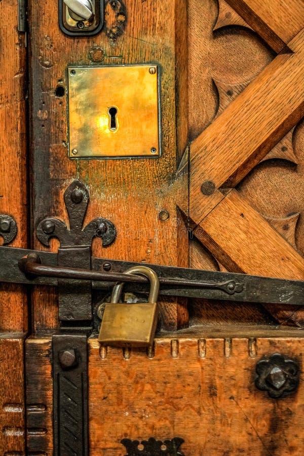 Hangslot op oude eiken Kathedraaldeur, met messing en ijzermontage royalty-vrije stock foto