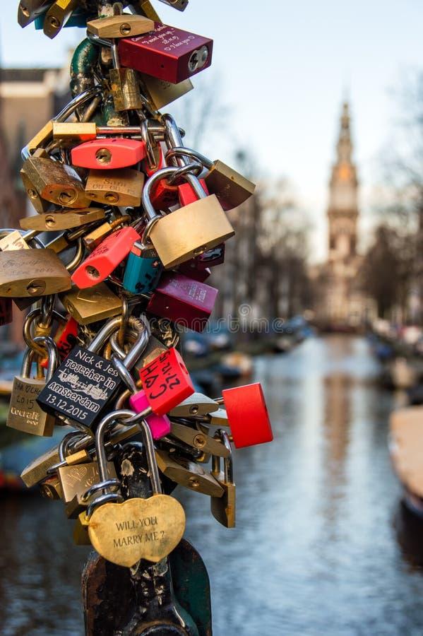 Hangsloten in Amsterdam stock afbeelding