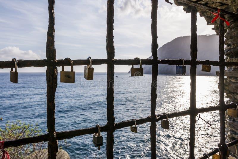 Hangsloten die van een venster op het overzees hangen, met beloften van eeuwige liefde, Monterosso-al merrie, La Spezia, Ligurië, stock foto's