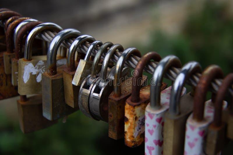 Hangsloten, liefdeslot op een brug als teken van verbinding stock foto's