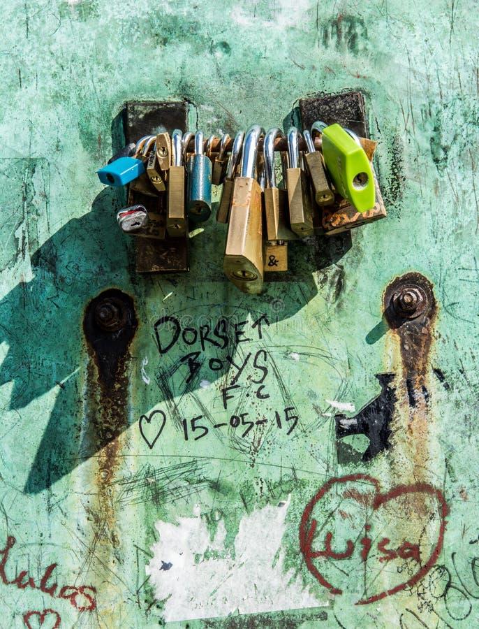 Hangsloten op grungemuur royalty-vrije stock afbeeldingen