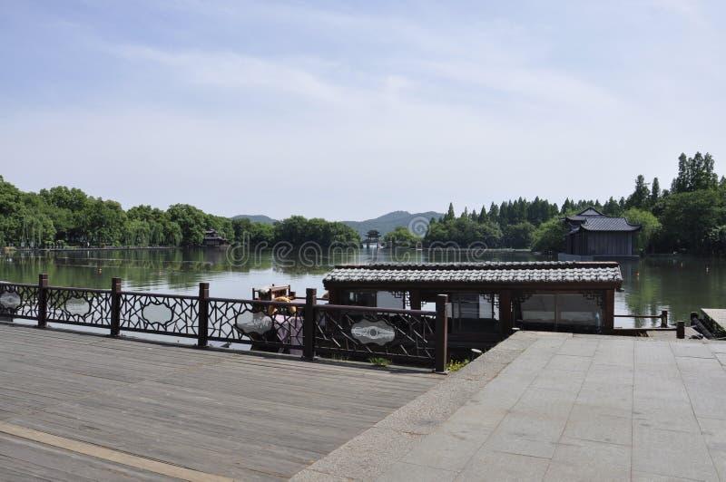 Hangzhou, στις 3 Μαΐου: Παραδοσιακή ξύλινη βάρκα κρουαζιέρας στη δυτική λίμνη από Hangzhou στοκ εικόνα