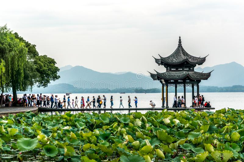 HANGZHOU, CHINA AM 8. JUNI 2018: Die schöne Landschaftslandschaft von Xihu Westsee und Pavillon mit Boot und Berg in Hangzhou lizenzfreies stockbild