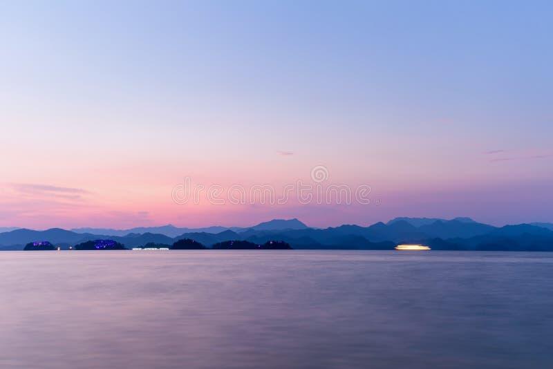 Hangzhou duizend eilandmeer in zonsondergang royalty-vrije stock afbeelding