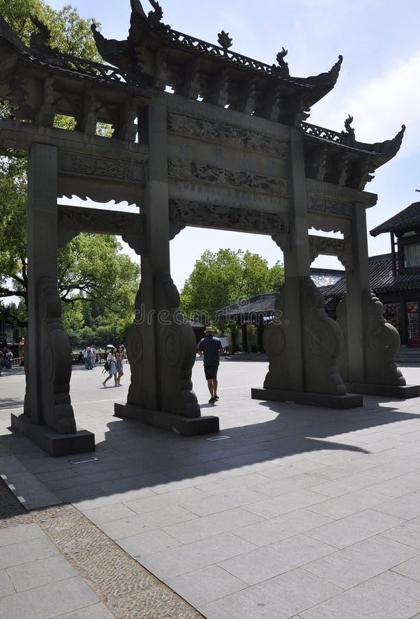 Hangzhou, le 3 mai : Porte en pierre de Yuefen de cour de temple de Yuewang sur le parc occidental de lac à Hangzhou photo libre de droits