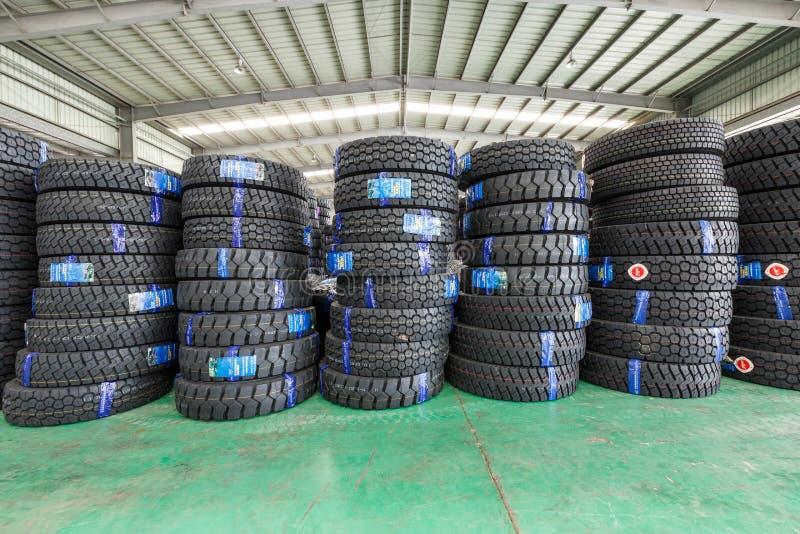 Hangzhou, les marchandises du nord d'entrepôt de fret de station de train a empilé beaucoup de pneus de voiture, en Chine image stock