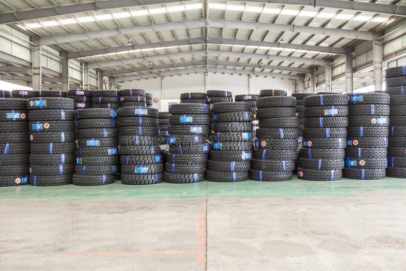 Hangzhou norr frakter för drevstationen warehouse gods travde upp många bilgummihjul, i Kina arkivfoton