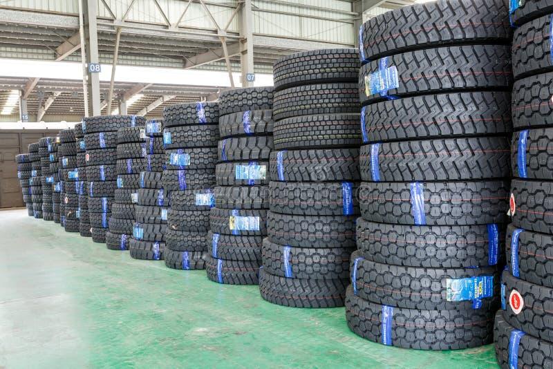 Hangzhou norr frakter för drevstationen warehouse gods travde upp många bilgummihjul, i Kina arkivfoto