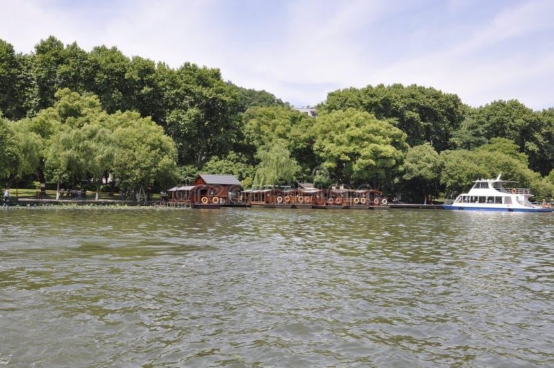 Hangzhou 3rd kan: Träponton för traditionella fartyg och skyttlar från den berömda västra sjön från Hangzhou arkivbild