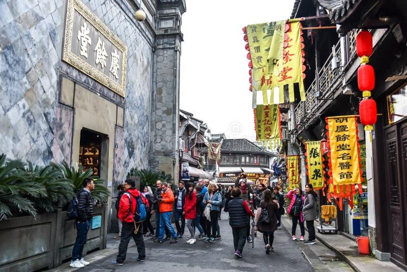 Hangzhou, Zhejiang, China - MARZO, 17 2018 : Hefangjie Famoso mercado caminando por la calle, atracción turística de Hangzhou fotografía de archivo