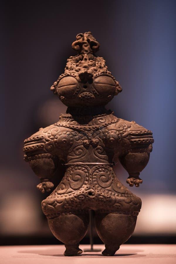 Haniwa: Terrakottagravvalvstatyett, krigare i Keiko Armor Haniwa är terrakottastatyetter, rödaktig brunt i färg och fördjupni royaltyfria bilder