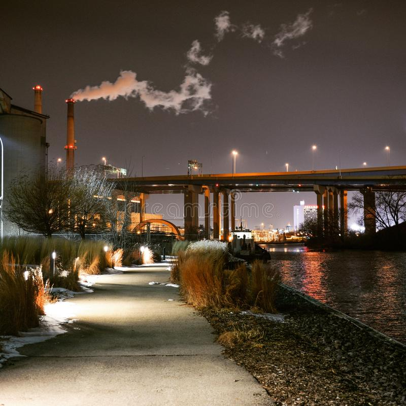 Hank Aaron-Spur in Milwaukee Wisconsin entlang Fluss nachts lizenzfreie stockbilder
