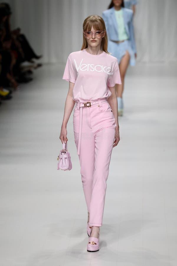 Hannah loopt de baan in Versace toont tijdens Milan Fashion Week Spring /Summer 2018 stock fotografie