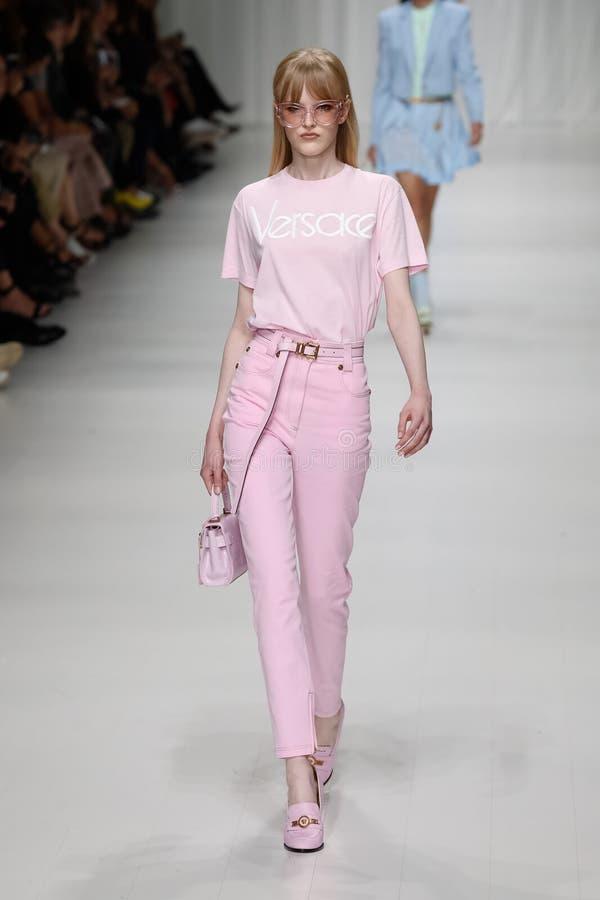 Hannah loopt de baan in Versace toont tijdens Milan Fashion Week Spring /Summer 2018 stock afbeeldingen