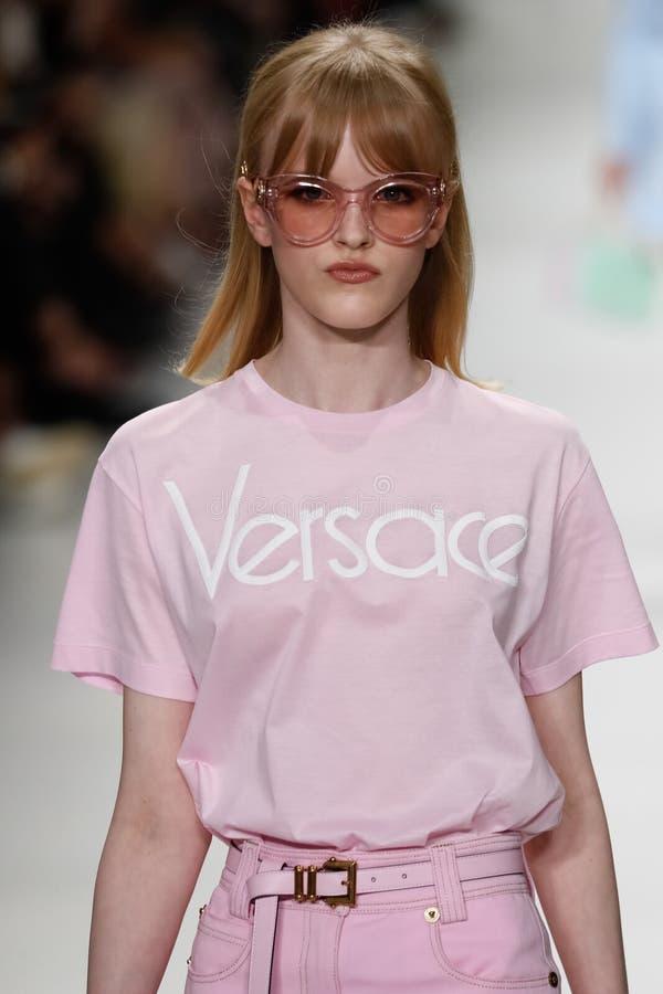 Hannah loopt de baan in Versace toont tijdens Milan Fashion Week Spring /Summer 2018 stock foto