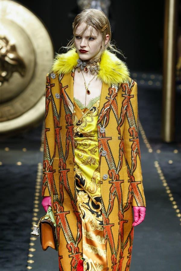 Hannah Motler camina la pista en la demostración de Versace en Milan Fashion Week Autumn /Winter 2019/20 fotografía de archivo