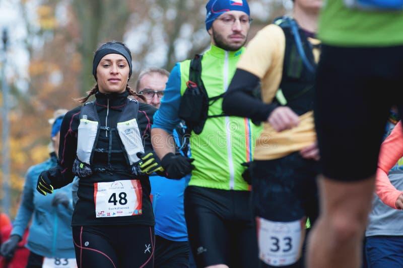 Hannah Pilsen Trail Krkavec Coureurs peu de temps après le début du marathon photographie stock