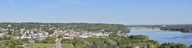Hannibal, panorama de Missouri que muestra la ciudad y el puente de Wabash fotos de archivo