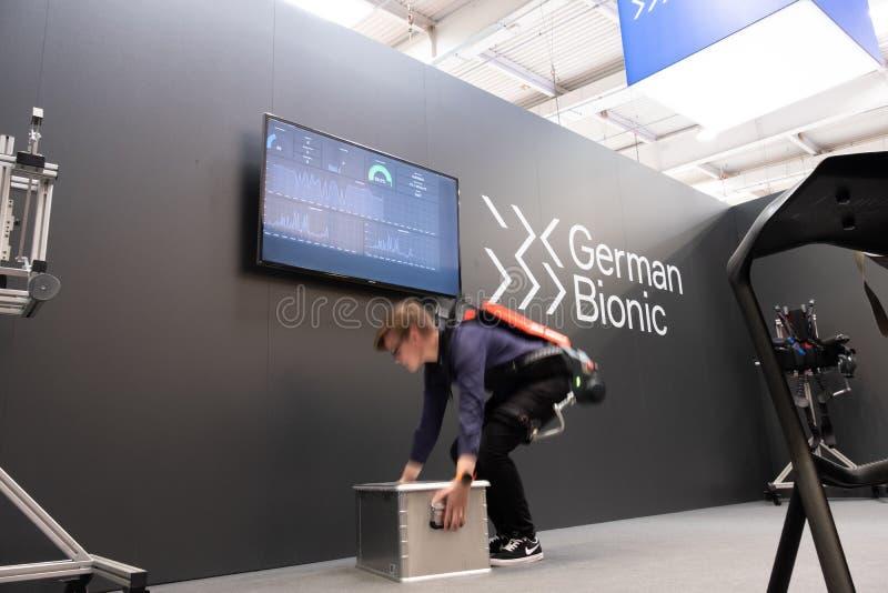 Hannover, Alemanha - 2 de abril de 2019: Exoskeleton do robô dos presentes biônicos alemães primeiro para o IoT industrial imagens de stock royalty free