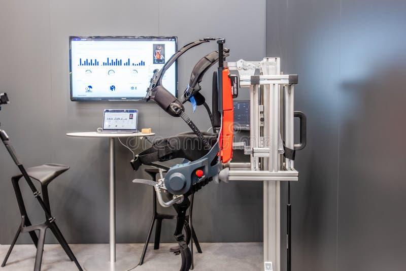 Hannover, Alemanha - 2 de abril de 2019: Exoskeleton do robô dos presentes biônicos alemães primeiro para o IoT industrial imagens de stock