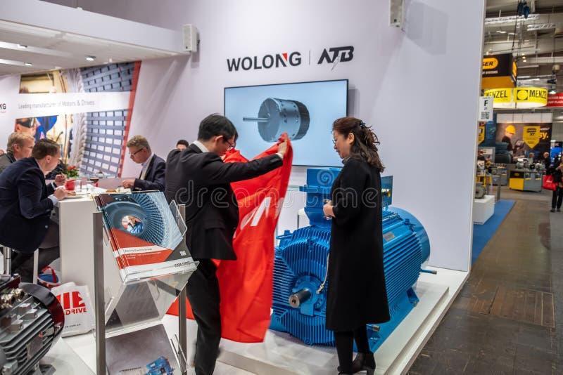 Hannover, Alemanha - 2 de abril de 2019: Wolong está apresentando as inovações as mais novas na FEIRA de HANNOVER fotografia de stock