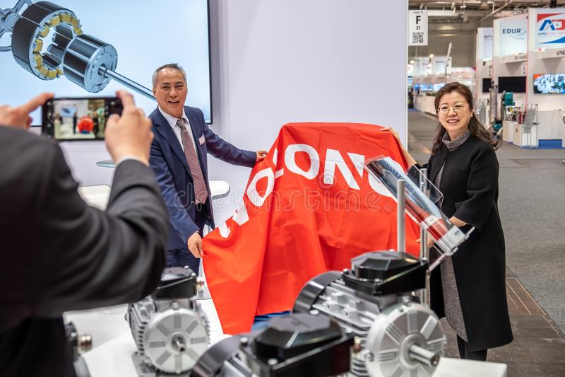 Hannover, Alemanha - 2 de abril de 2019: Wolong est? apresentando as inova??es as mais novas na FEIRA de HANNOVER fotografia de stock royalty free