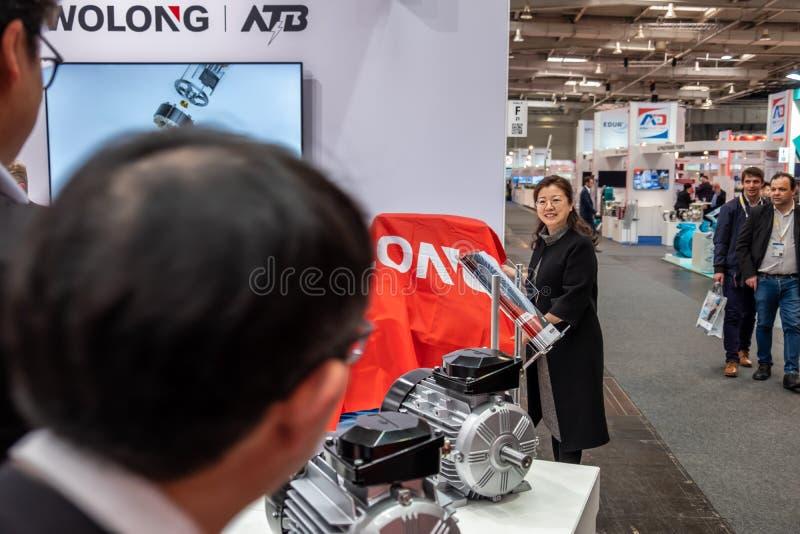 Hannover, Alemanha - 2 de abril de 2019: Wolong est? apresentando as inova??es as mais novas na FEIRA de HANNOVER imagem de stock
