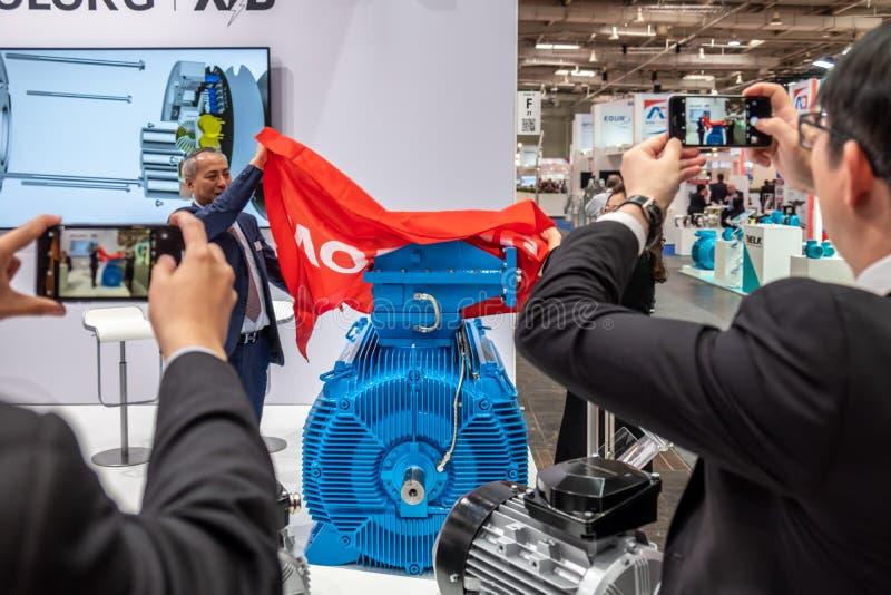 Hannover, Alemanha - 2 de abril de 2019: Wolong est? apresentando as inova??es as mais novas na FEIRA de HANNOVER fotografia de stock