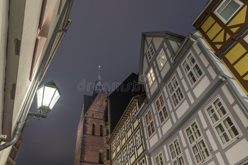 HANNOVER, ALEMANHA 5 DE DEZEMBRO DE 2014: Hannover Marktkirche e opinião da rua na noite fotos de stock