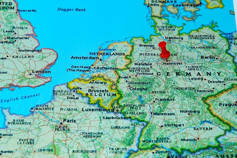 Hannover, Alemanha fixou em um mapa de Europa imagem de stock royalty free