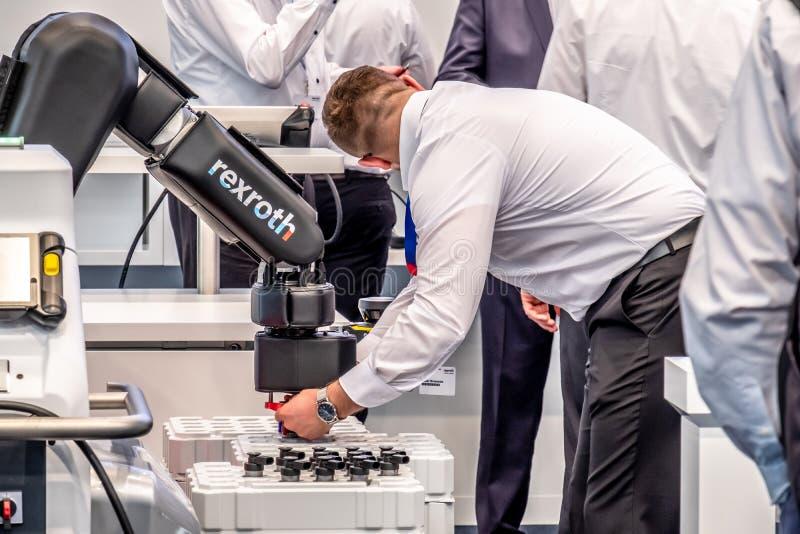 Hannover, Alemania - 2 de abril de 2019: Bosch Rexroth est? exhibiendo su innovaci?n del cobot en la Hannover Messe imagen de archivo