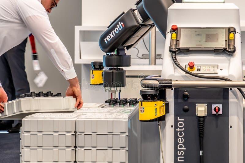 Hannover, Germania - 2 aprile 2019: Bosch Rexroth sta visualizzando la loro innovazione del cobot a Hannover Messe fotografie stock libere da diritti