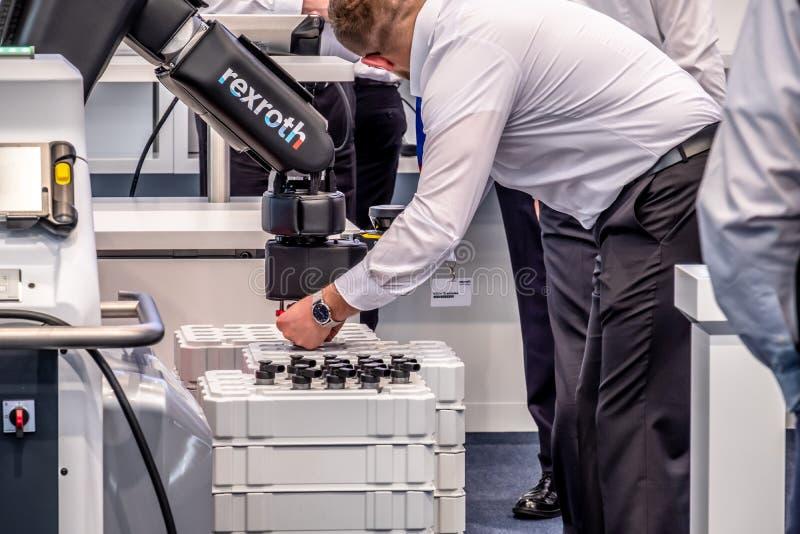 Hannover, Germania - 2 aprile 2019: Bosch Rexroth sta visualizzando la loro innovazione del cobot a Hannover Messe fotografia stock libera da diritti