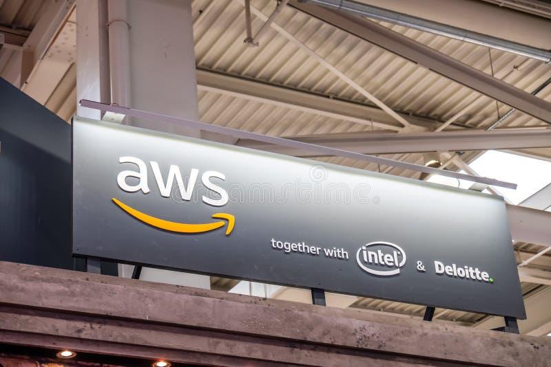 Hannover, Germania - 2 aprile 2019: I web service di Amazon sta visualizzando le nuove innovazioni a Hannover Messe fotografia stock libera da diritti