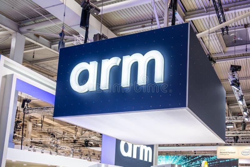Hannover, Germania - 2 aprile 2019: Il braccio sta visualizzando le nuove innovazioni a Hannover Messe immagini stock libere da diritti