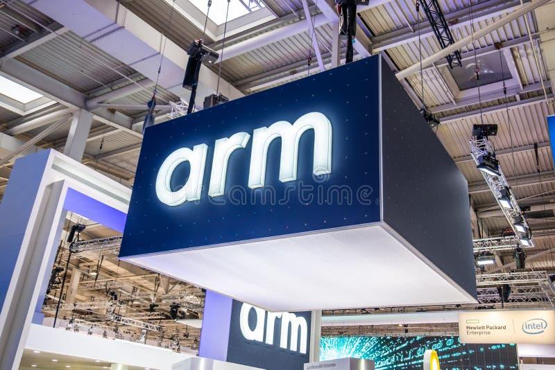 Hannover, Germania - 2 aprile 2019: Il braccio sta visualizzando le nuove innovazioni a Hannover Messe fotografia stock