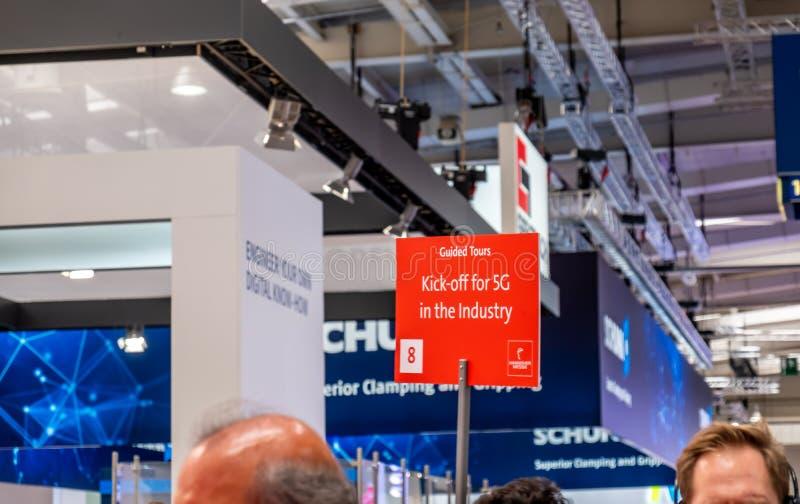 Hannover, Germania - 2 aprile 2019: L'industria sta invitando per il calcio iniziale 5G immagine stock