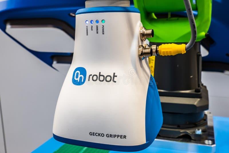 Hannover, Germania - 2 aprile 2019: La pinza di presa del geco di OnRobot ? il wof del vincitore il premio 2019 di robotica immagini stock