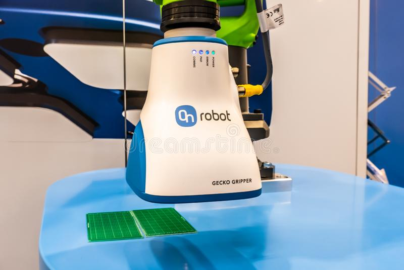 Hannover, Germania - 2 aprile 2019: La pinza di presa del geco di OnRobot ? il wof del vincitore il premio 2019 di robotica fotografie stock