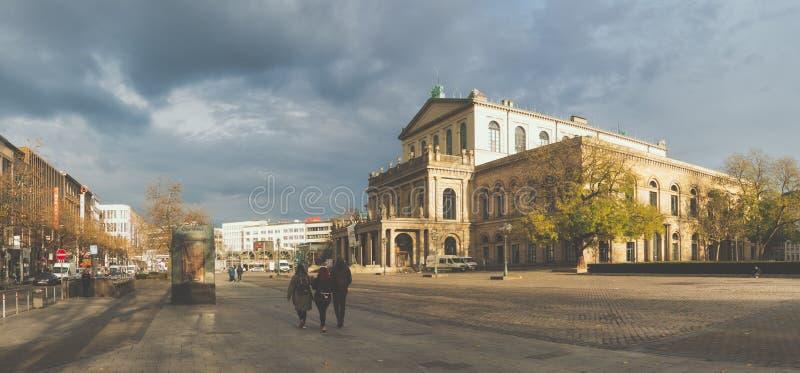 Hannover, GERMANIA - 23 novembre 2017: I pedestrands non identificati camminano sopra il posto di grande opera con l'opera famosa fotografia stock