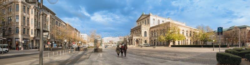 HANNOVER, GERMANIA - 23 NOVEMBRE 2017: I pedestrants non identificati attraversano il posto di ganrd davanti al teatro dell'opera immagini stock