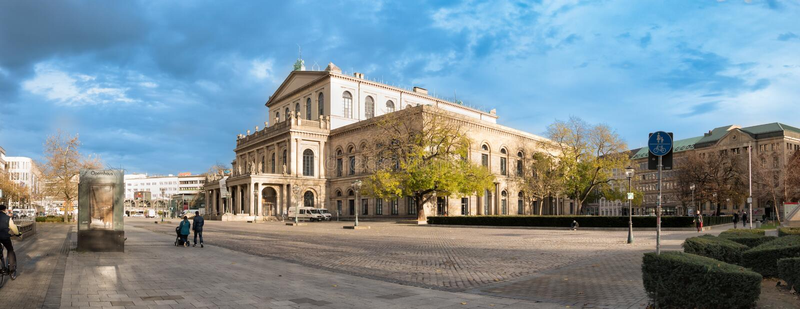 HANNOVER, GERMANIA - 23 NOVEMBRE 2017: I pedestrants non identificati attraversano il posto di ganrd davanti al teatro dell'opera fotografia stock libera da diritti
