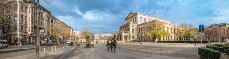 HANNOVER, GERMANIA - 23 NOVEMBRE 2017: I pedestrants non identificati attraversano il posto di ganrd davanti al teatro dell'opera immagine stock libera da diritti
