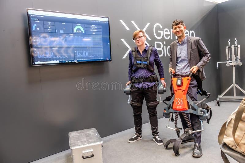 Hannover Niemcy, Kwiecień, - 02 2019: Niemieckich Bionic teraźniejszość robota pierwszy exoskeleton dla Przemysłowego IoT obrazy royalty free