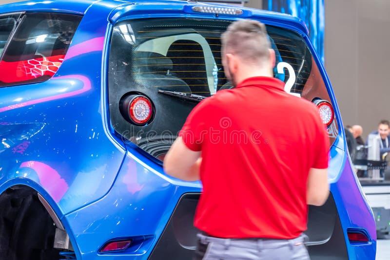 Hannover Niemcy, Kwiecień, - 02 2019: SZY Eurodrive przedstawia produkcję nowy elektryczny E IŚĆ samochód przy obrazy stock