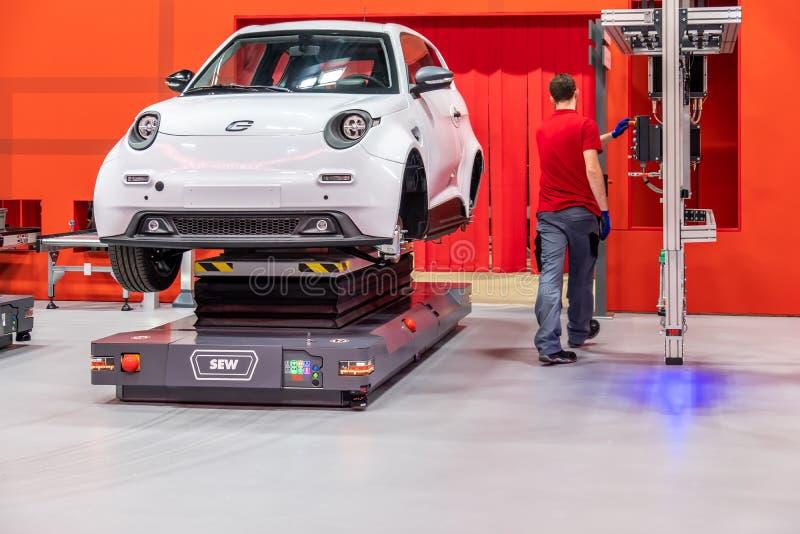 Hannover Niemcy, Kwiecień, - 02 2019: SZY Eurodrive przedstawia produkcję nowy elektryczny E IŚĆ samochód przy zdjęcie stock