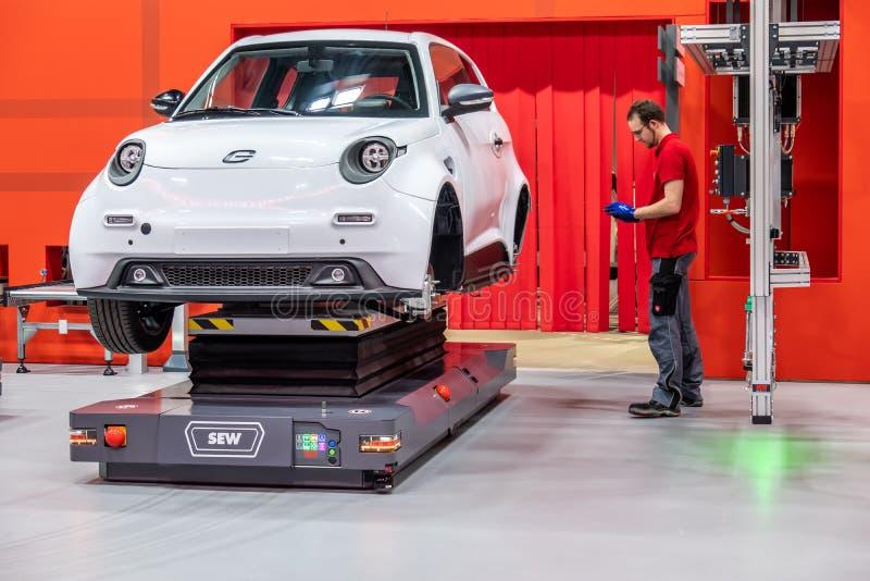 Hannover Niemcy, Kwiecień, - 02 2019: SZY Eurodrive przedstawia produkcję nowy elektryczny E IŚĆ samochód przy zdjęcia royalty free