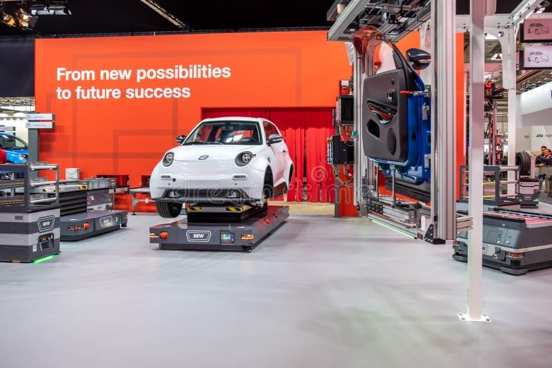 Hannover Niemcy, Kwiecień, - 02 2019: SZY Eurodrive przedstawia produkcję nowy elektryczny E IŚĆ samochód przy zdjęcia stock